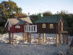 Billede Legeplads med 2 pælehuse legehus med gangbro